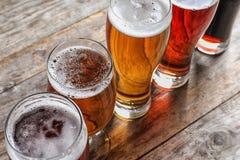 Exponeringsglas med olika typer av kallt smakligt öl royaltyfria foton