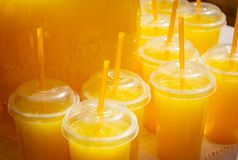 Exponeringsglas med orange fruktsaft ganska Fotografering för Bildbyråer