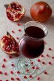 Exponeringsglas med pomegranatefruktsaft Royaltyfria Foton