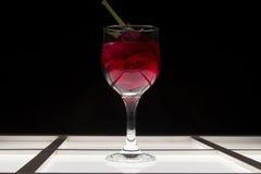 Exponeringsglas med rött vin och steg Royaltyfri Fotografi