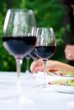 Exponeringsglas med rött vin på tabellen Royaltyfri Foto