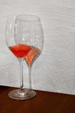 Exponeringsglas med rosa vin Arkivbilder