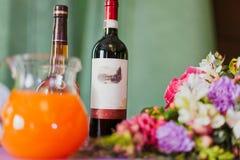 Exponeringsglas med rött vin på tabellen Royaltyfri Fotografi