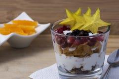 Exponeringsglas med sädesslag och frukter Arkivfoto