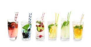Exponeringsglas med smakliga lemonader royaltyfria bilder