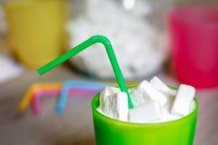 Exponeringsglas med sugrör som är fullt av socker royaltyfri bild