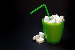 Exponeringsglas med sugrör som är fullt av socker fotografering för bildbyråer