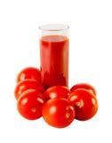 Exponeringsglas med tomatfruktsaft och mogna tomater som isoleras på vit Fotografering för Bildbyråer