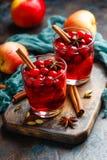 Exponeringsglas med varm stansmaskin för vinter mulled wine Royaltyfri Bild