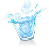 Exponeringsglas med vatten- och iskuber Royaltyfria Bilder