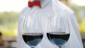 Exponeringsglas med vin på ett magasin stock video