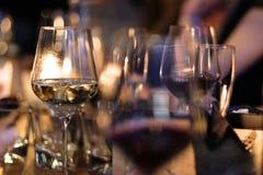 Exponeringsglas med vit och rött vin från tunt exponeringsglas Arkivfoton