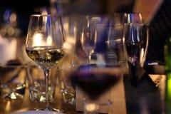 Exponeringsglas med vit och rött vin från tunt exponeringsglas Arkivfoto
