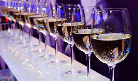 Exponeringsglas med vitt vin royaltyfri fotografi