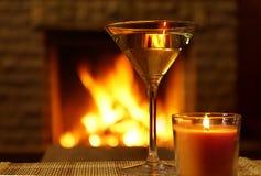 Exponeringsglas med vitt vin för spisbakgrund cozy royaltyfri bild