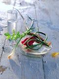 Exponeringsglas med vodka på tabellen i natur arkivfoton