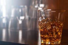 Exponeringsglas med whisky royaltyfri foto