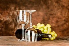 Exponeringsglas med wine buteljerar och druvor Fotografering för Bildbyråer