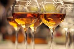 Exponeringsglas med wine Fyllt med halva och ställningen på ferietabellen Furshet Royaltyfria Foton