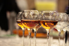 Exponeringsglas med wine Fyllt med halva och ställningen på ferietabellen Furshet Arkivbild