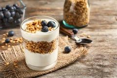 Exponeringsglas med yoghurt, bär och granola royaltyfria foton