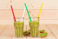 Exponeringsglas mycket av smaklig kiwifruktsaft Royaltyfria Bilder