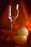 Exponeringsglas och äpplen framme av en röd torkduk Fotografering för Bildbyråer