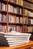 Exponeringsglas och böcker på arkivtabellen royaltyfri fotografi