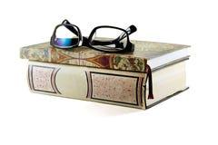 Exponeringsglas och böcker på vit bakgrund Arkivfoto
