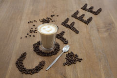 Exponeringsglas och bönor för kaffekopp Fotografering för Bildbyråer