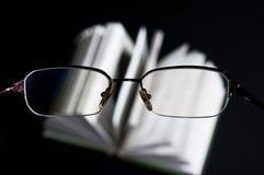 Exponeringsglas och bok arkivbilder