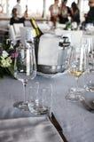 Exponeringsglas och buteljerar av champagne Arkivfoto