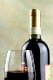 Exponeringsglas och buteljerar av fin italiensk rött vin Royaltyfri Foto