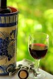 Exponeringsglas och buteljerar av rött vin arkivbild