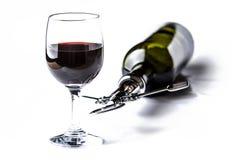 Exponeringsglas och buteljerar av rött vin royaltyfri fotografi
