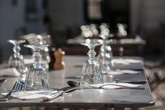 Exponeringsglas och cuttlery på tabellen Royaltyfria Foton