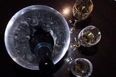 Exponeringsglas och en hink av champagne på en mörk bakgrund övre sikt royaltyfri bild