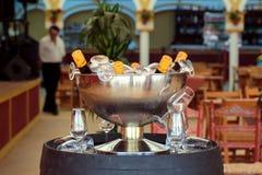 Exponeringsglas och finosherry som fördjupas i en ishink som är klar för berömmen på Seville ` s April Fair Arkivfoton