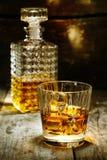 Exponeringsglas och flaska av hård starksprit Royaltyfri Fotografi