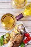 Exponeringsglas och flaska av vitt vin arkivfoton