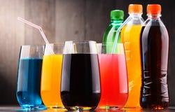 Exponeringsglas och flaskor av blandade kolsyrade läsk arkivbild
