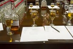Exponeringsglas och flaskor av fläcken för tillverkare` s i sensorisk labb Arkivbild