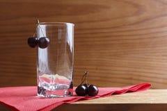 Exponeringsglas och körsbär Arkivbild