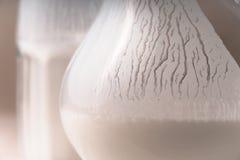 Exponeringsglas och kanna av den vita kefirnärbilden Royaltyfri Foto