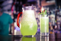 Exponeringsglas och kanna av ny lemonad Royaltyfri Foto
