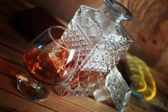 Exponeringsglas och karaff för alkoholkonjakuppsättning Arkivfoton