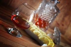 Exponeringsglas och karaff för alkoholkonjakuppsättning Arkivbild