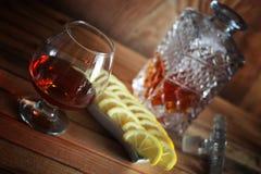 Exponeringsglas och karaff för alkoholkonjakuppsättning Fotografering för Bildbyråer