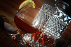 Exponeringsglas och karaff för alkoholkonjakuppsättning Arkivbilder