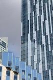 Exponeringsglas och konkret höghus i Warszawa, Polen royaltyfri foto